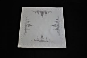 vianočný obrus vyšívaný biely Stromceky_2